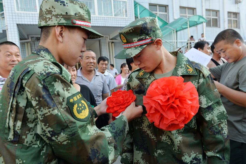 送仪式上为战友佩戴大红花