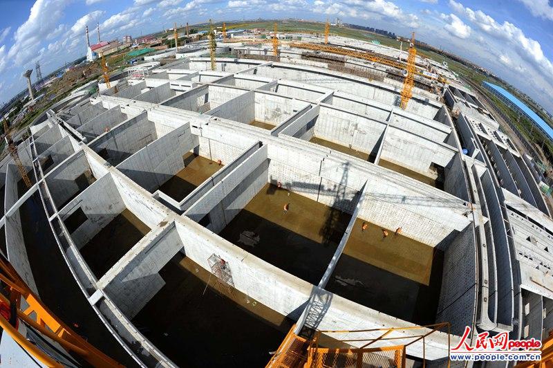 9月8日,中铁一局工人正在长春市北郊污水处理厂工地施工。该项目是目前全国在建最大、也是东北地区最大的污水处理工程。工程建成后日处理生活污水78万吨,污水处理排放标准为国内最高标准(一级A)。人民网记者  雷声 摄