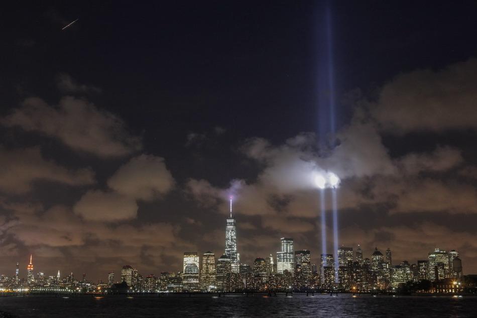 双子塔的光柱照向空中