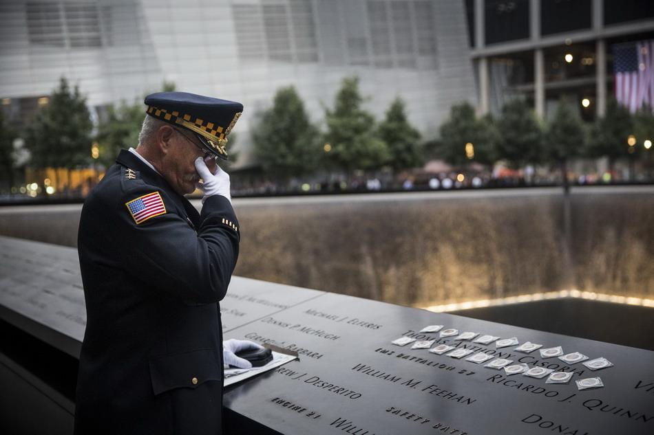 民众在美国纽约世贸中心遗址参加哀悼仪式【2】