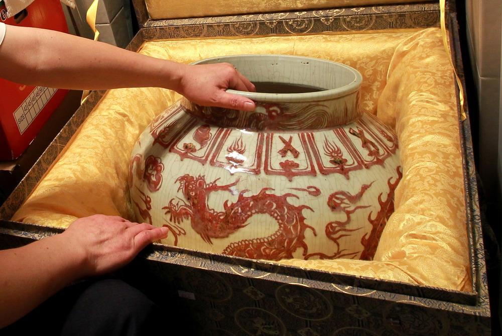 胡平/这只明代洪武年间的宫廷瓷器——釉里红龙纹大罐是胡平最珍贵的...