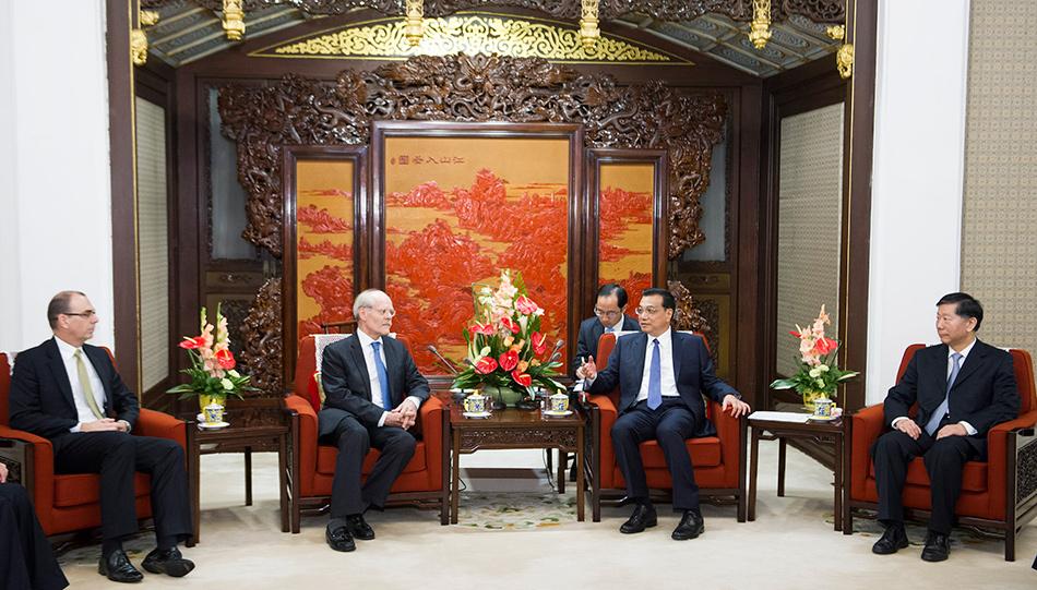 9月26日,国务院总理李克强在北京中南海紫光阁会见来华出席第十八届国际银行监督官大会的巴塞尔委员会主席英格维斯,以及亚、欧、美洲多国金融监管机构负责人,同他们进行座谈并回答提问。新华社记者黄敬文摄