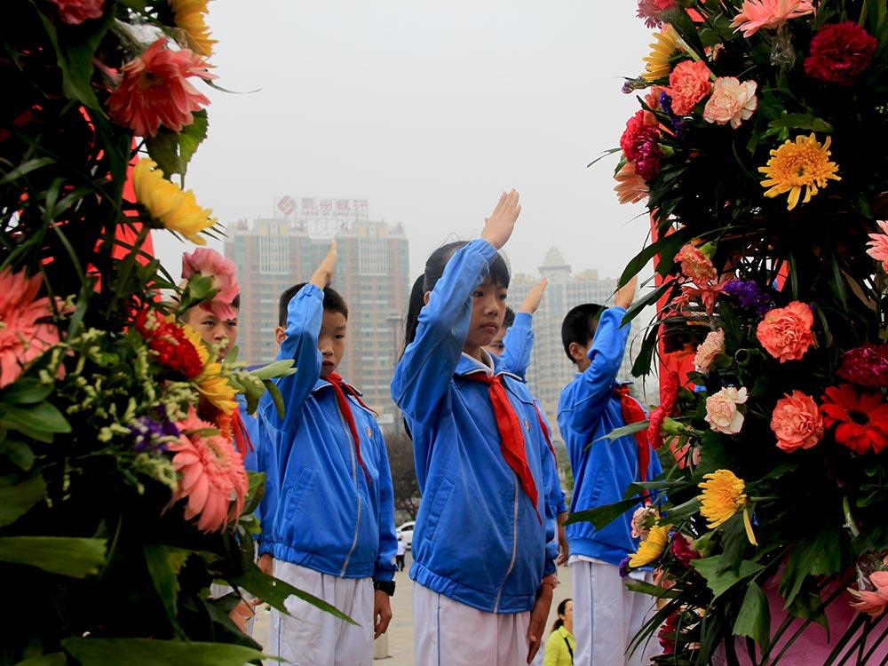 【各地举行烈士纪念日活动】:9月30日,江西萍乡市登岸小学学生向秋收起义纪念碑敬礼。新华社发(郑明摄)