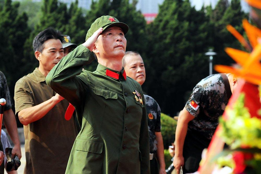 【各地举行烈士纪念日活动】:9月30日,一位老兵在深圳革命烈士陵园举行的公祭活动上敬礼。新华社发(龙宇翔摄)