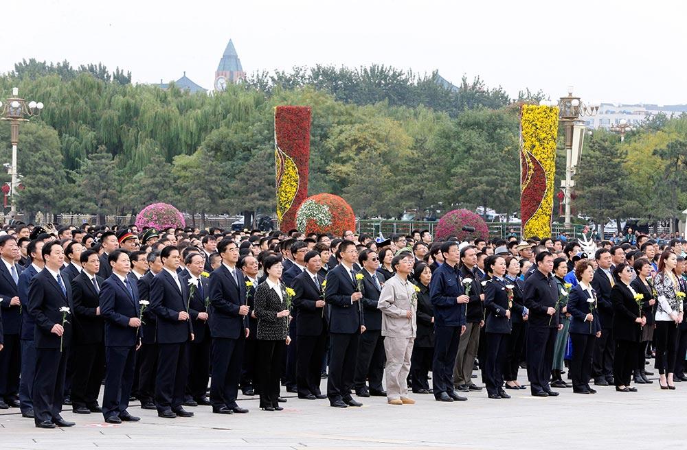 """【各地举行烈士纪念日活动】:9月30日是国家设立的首个""""烈士纪念日"""",首都各界代表参加在北京天安门广场举行的向人民英雄敬献花篮仪式。-新华社记者-丁林-摄"""
