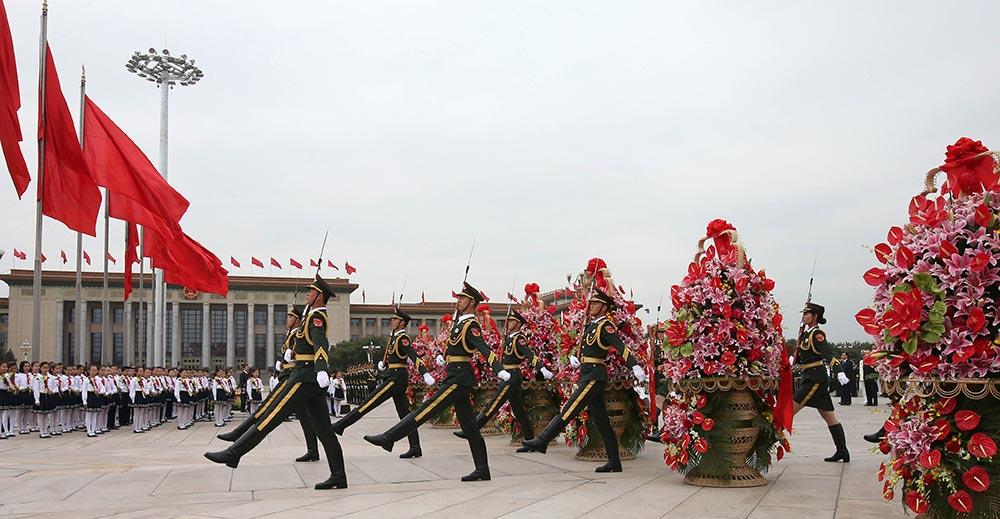 """【各地举行烈士纪念日活动】:9月30日是国家设立的首个""""烈士纪念日"""",首都各界代表参加在北京天安门广场举行的向人民英雄敬献花篮仪式。新华社记者-庞兴雷-摄"""