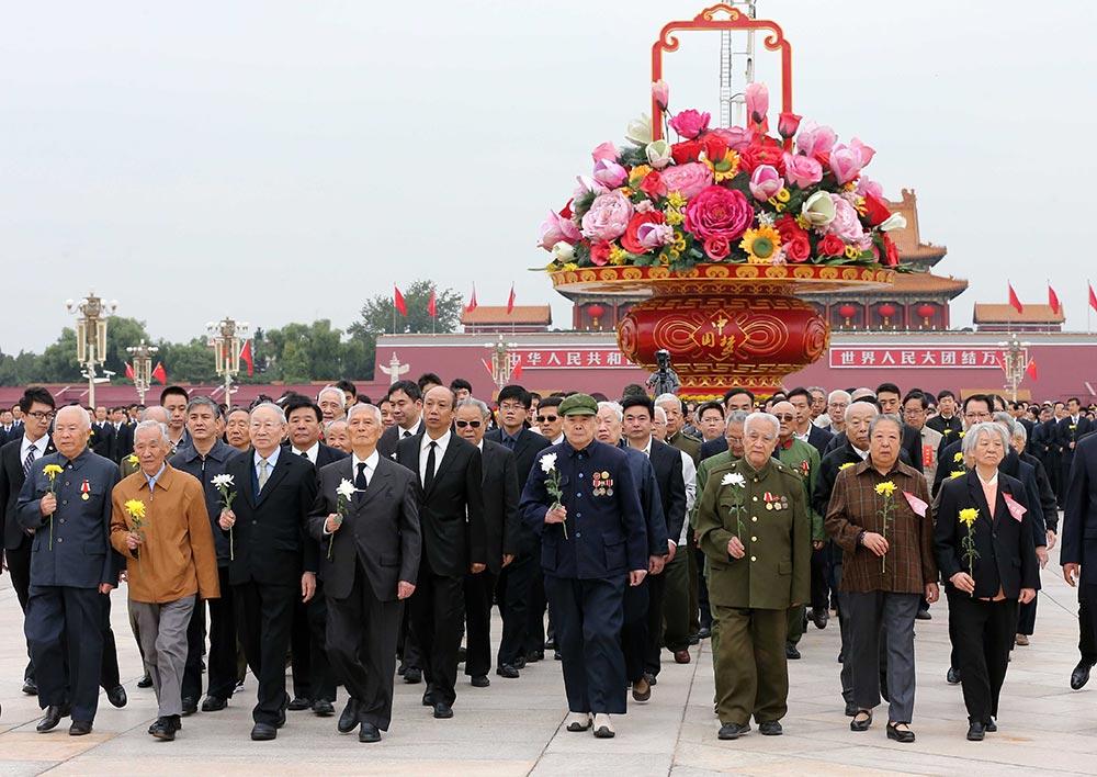 """【各地举行烈士纪念日活动】:9月30日是国家设立的首个""""烈士纪念日"""",首都各界代表参加在北京天安门广场举行的向人民英雄敬献花篮仪式。----新华社记者-庞兴雷-摄"""