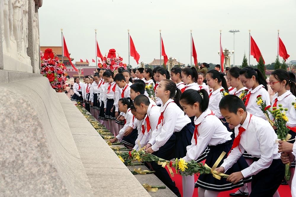 """【各地举行烈士纪念日活动】:9月30日是国家设立的首个""""烈士纪念日"""",首都各界代表参加在北京天安门广场举行的向人民英雄敬献花篮仪式。新华社记者-姚大伟-摄"""