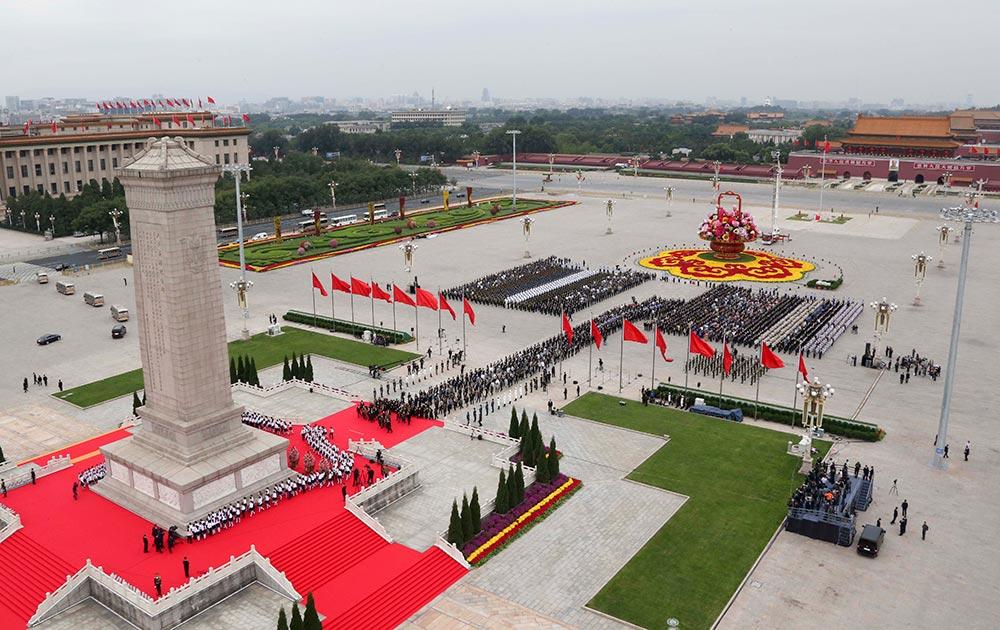 """【各地举行烈士纪念日活动】:9月30日是国家设立的首个""""烈士纪念日"""",首都各界代表参加在北京天安门广场举行的向人民英雄敬献花篮仪式。--新华社记者-张铎-摄"""
