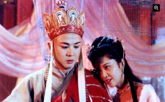 近日,博主长春国贸在其博客中曝光了朱琳和徐少华的近照。日前朱琳和徐少华在一次节目中再次相遇,有网友拍下了这张唐僧与女儿国国王的再聚首合影。   不过提起老版《西游记》里的女性人物形象,很多人会想起那个多情的女儿国国王。 而其扮演者朱琳更被传出在拍戏时,与唐僧徐少华假戏真做一见钟情,默守20年未嫁。朱琳和徐少华的关系也成为中国娱乐界被炒作时间最长的绯闻。对于此事,朱琳进行了辟谣:我在进《西游记》剧组前早就结婚了。徐少华也是有家室的人。演戏就是演戏,怎能等同于生活?