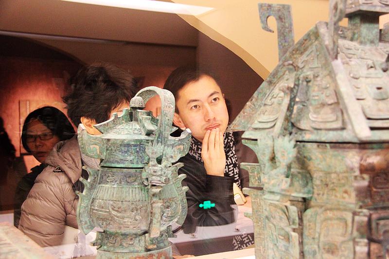 图为11月12日上海博物馆陕西宝鸡石鼓山西周贵族墓葬出土文物特展。