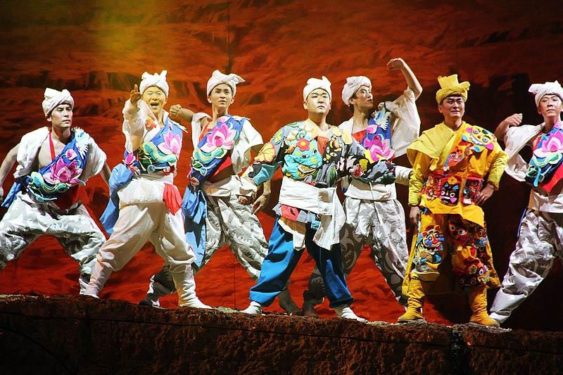 图为11月12日陕北秧歌剧《米脂婆姨绥德汉》在上海文化广场上演。