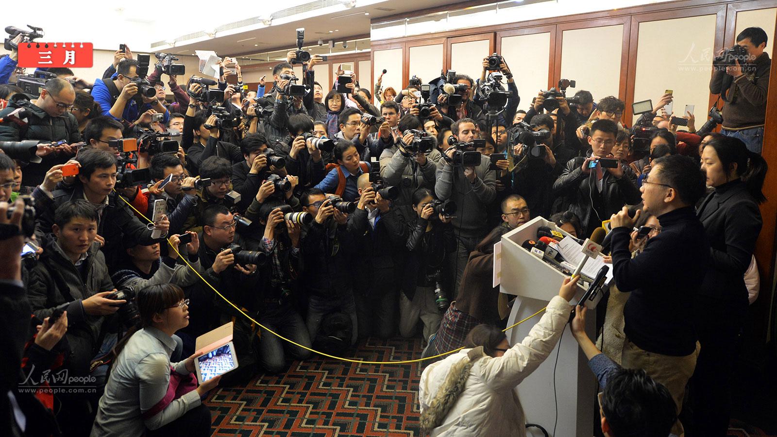 北京/3月8日,马来西亚航空公司在北京丽都饭店就失联航班召开记者会...