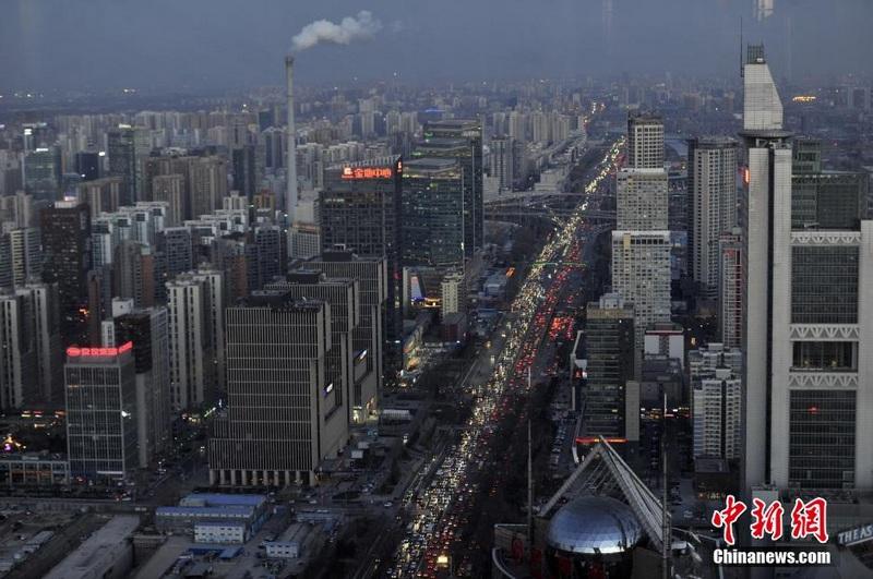 """12月24日下午,北京市西二环提前进入晚高峰。本周将是北京12月份最堵工作周,预计每天晚高峰路网将达到""""严重拥堵"""",而平安夜晚高峰提前到下午3点,较平日晚高峰提前2小时,繁华商业区、酒吧街以及部分教堂周边等均造成拥堵。中新社发 张浩 摄"""