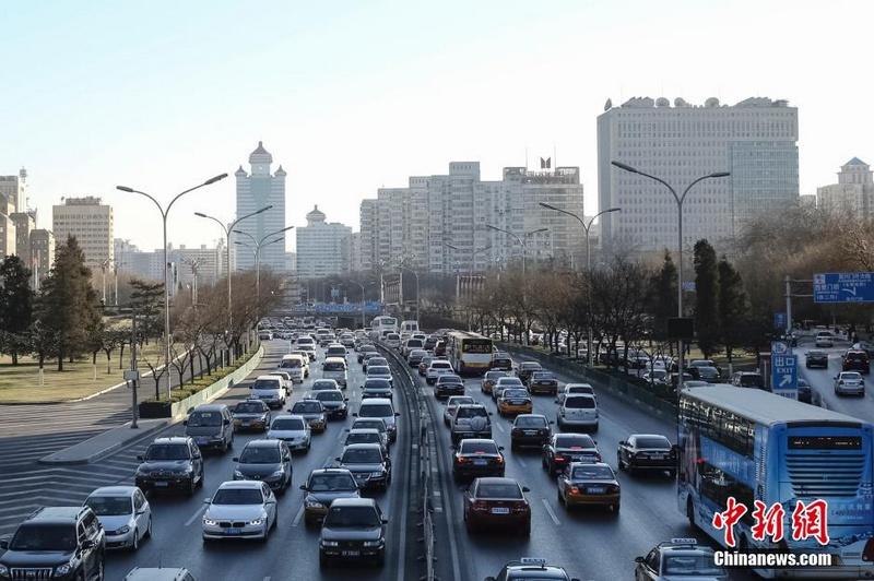 12月24日下午3时,北京二环路上拥堵前行的车辆。当日,是西方的平安夜,北京晚高峰提前至下午3点,迎来节前拥堵日。中新社发 熊然 摄