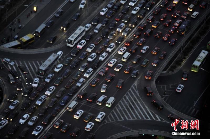 """12月24日,圣诞前夜的北京下班高峰遭遇大拥堵,长安街变成""""停车场""""。据北京市交通委当天发布的出行安全提示,北京本周将迎来12月""""最堵周"""",其中平安夜12月24日的晚高峰提前至当天15时。中新社发 魏晞 摄"""