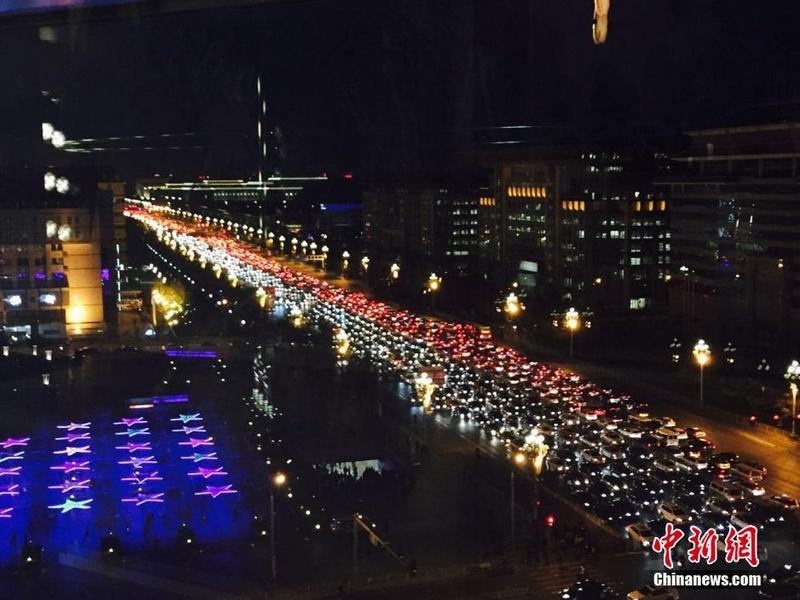 """平安夜北京大堵车 长安街变""""停车场"""""""