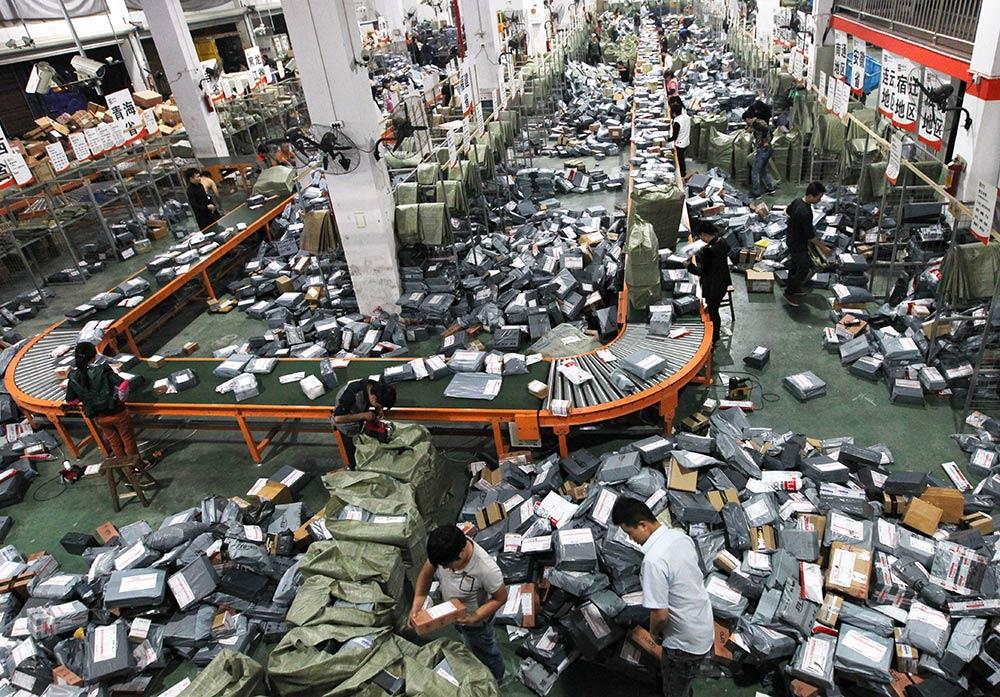 工作人员在分拣快递包裹(11月12日摄)