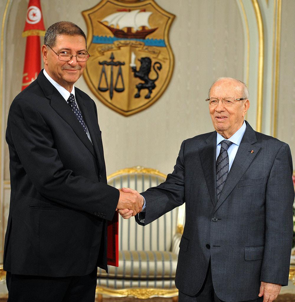 卜西/2015年1月5日,突尼斯總統埃塞卜西(右)在首都突尼斯城與被...