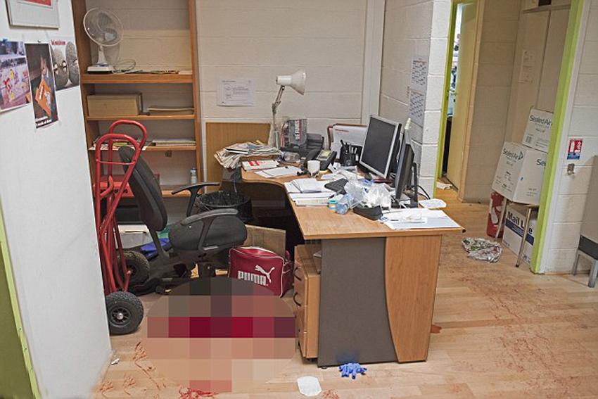 社遭恐怖袭击后办公室内部的场景,办公桌上摆着报纸,水瓶,一个咖啡杯
