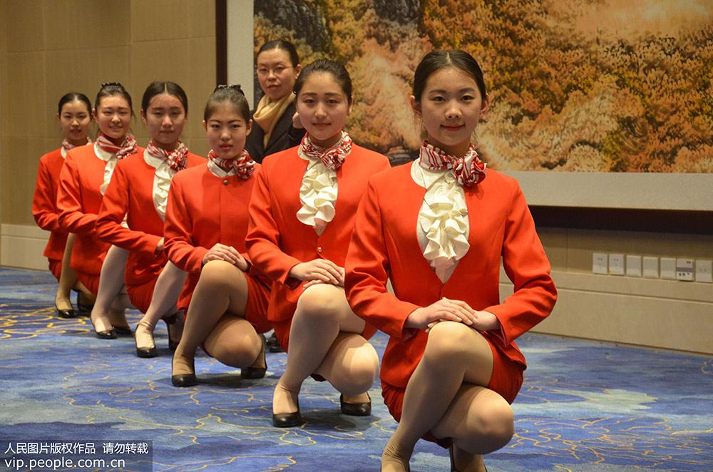 (站姿、微笑、蹲姿、手势等)、队列行进等礼仪专业知识.?-北京