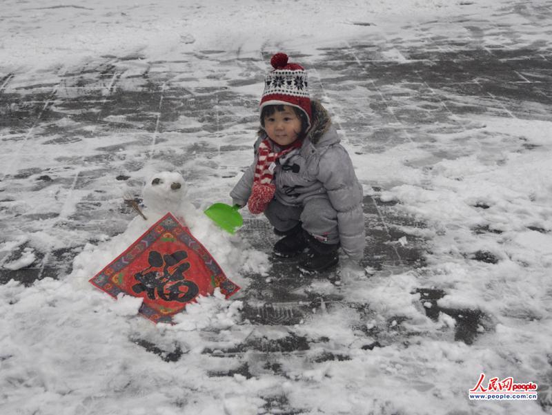 """""""和我一起来堆雪人吧!""""(摄影 付龙)"""