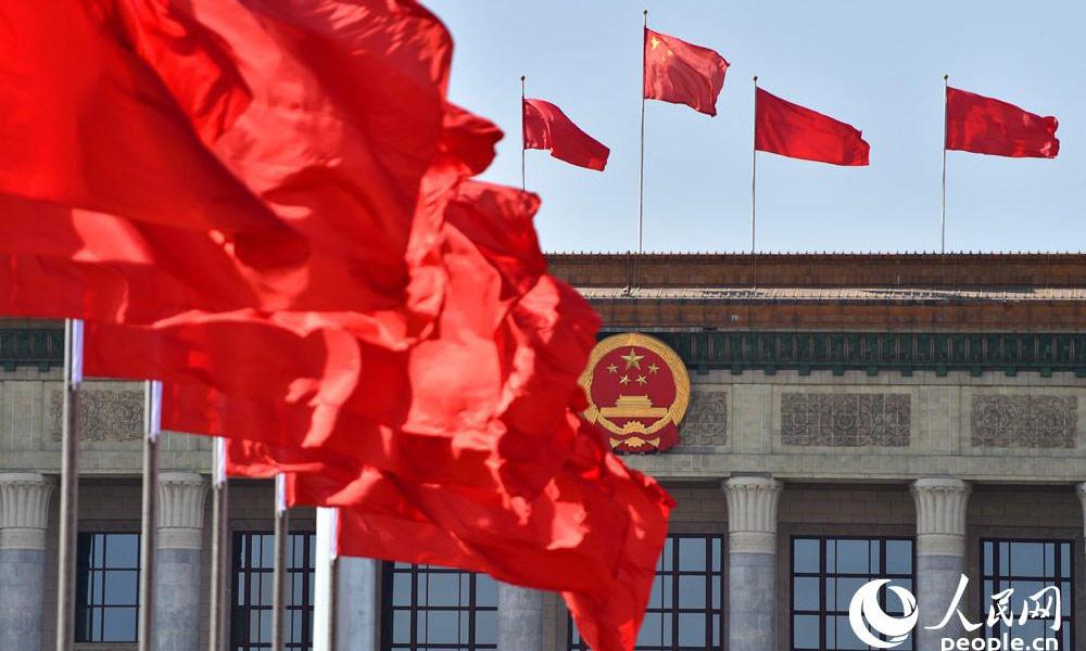 蓝天空气质量好,北京天安门广场,人民大会堂,红旗迎风招展,喜迎全国