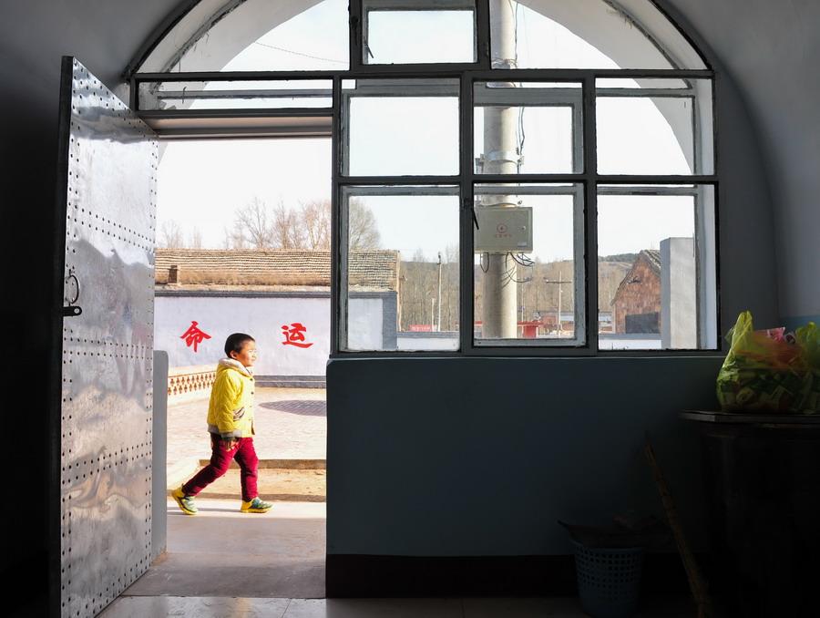 窑洞是学生们的教室,偌大的校园显得空旷.上世纪九十年代,盆地图片