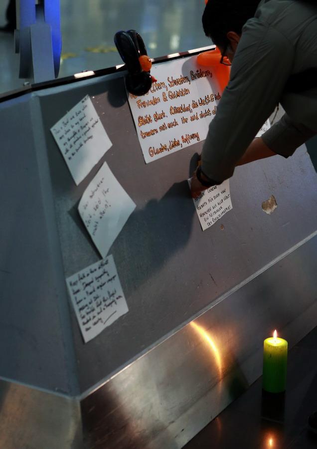 3月24日,乘客在德国杜塞尔多夫机场悼念飞机失事遇难者.