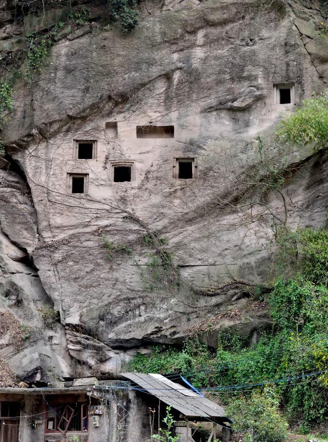 这是3月25日在湖北省利川市建南镇拍摄的崖墓。