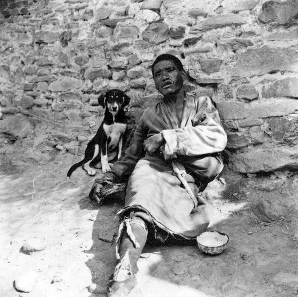旧西藏露宿街头的乞丐(图片由新旧西藏对比宣传教育工作领导小组办公
