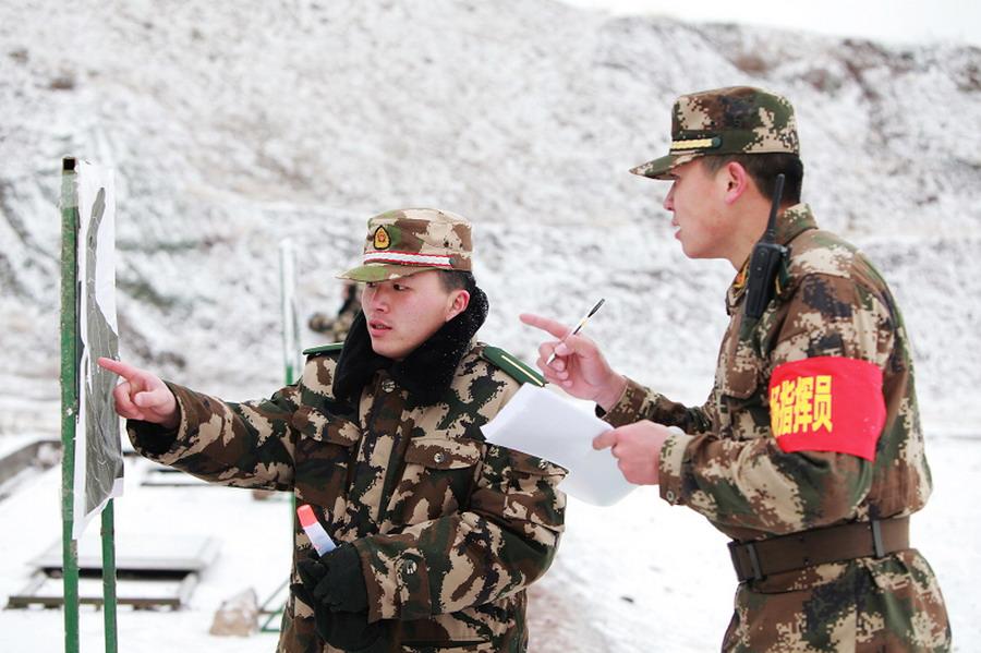 公安边防部队乌鲁木齐指挥学校教员(右)在