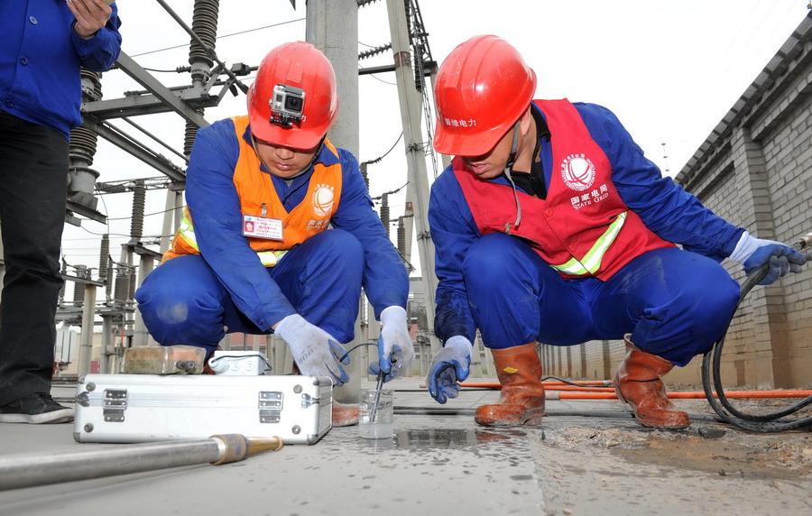 3月31日,在国家电网宁夏电力公司石嘴山新利变电站,电力工人