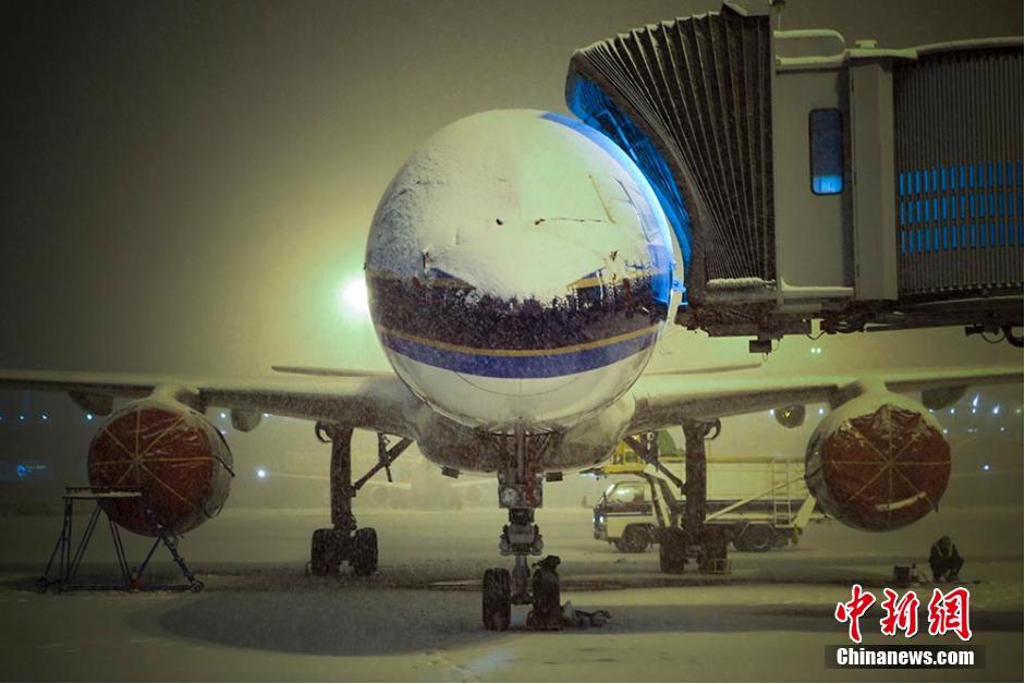 连续的降雪已将飞机驾驶舱的窗户覆盖