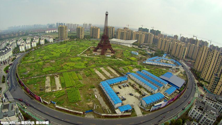 杭州山寨埃菲尔铁塔下香榭丽舍大街与工棚菜地同辉