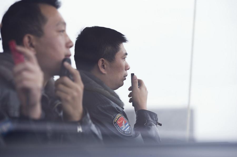 陈刚(右)在机场塔台进行飞行指挥(3月4日摄)