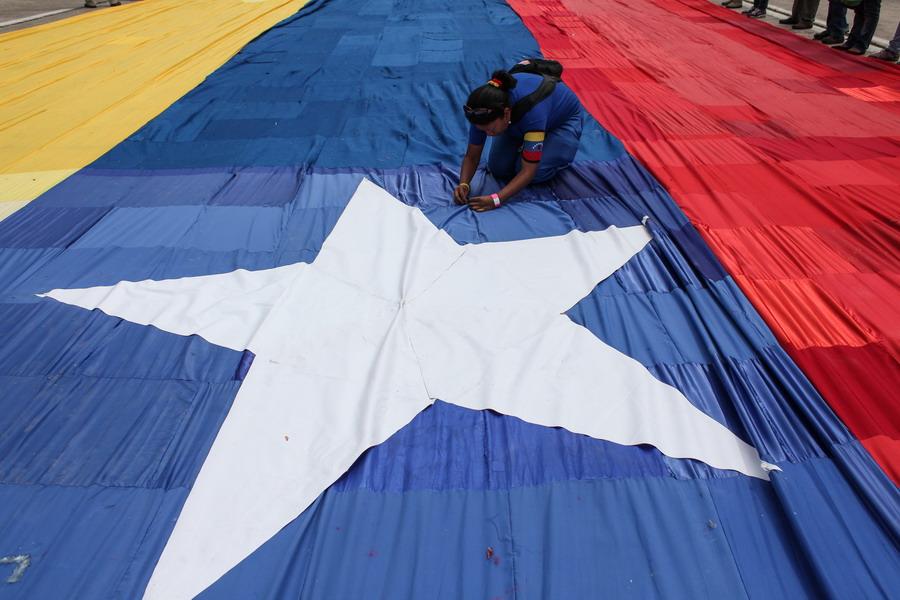 委内瑞拉民众缝制1200米长国旗抗议美国制裁【2】
