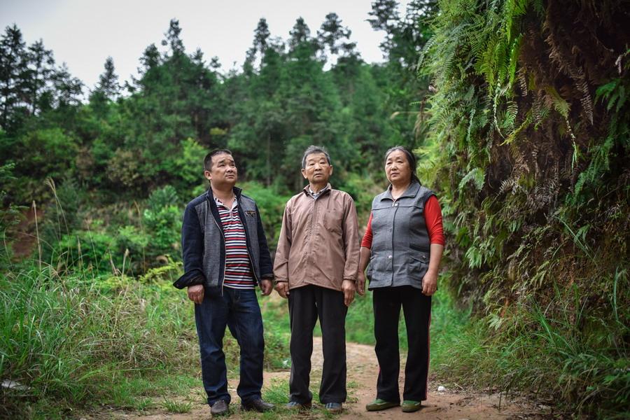 4月22日,刘光明一家人在山上林中巡护时合影.新华社记者 刘续 摄