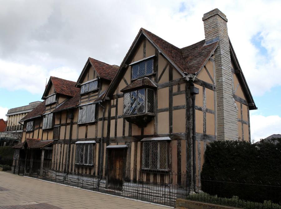 木质结构的房屋框架,斜坡瓦顶