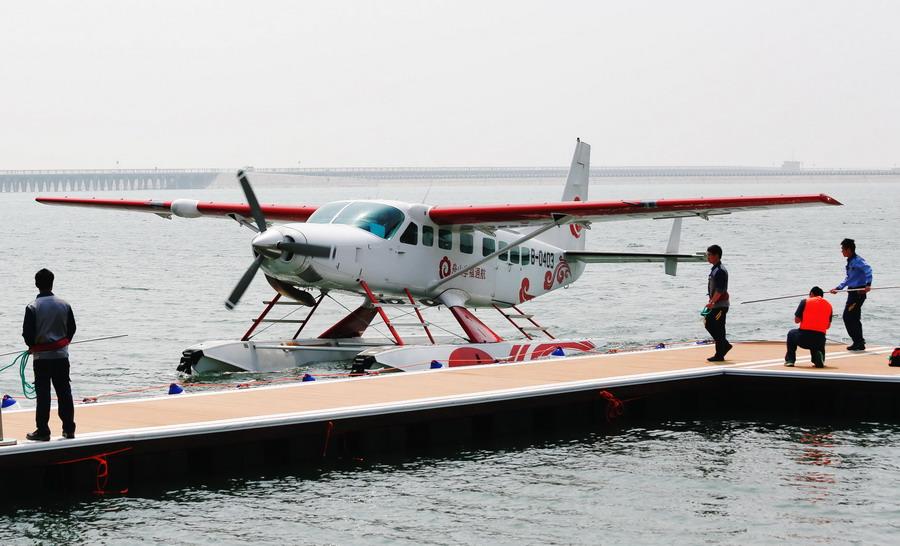 4月28日,舟山幸福通航的两架水上飞机在上海金山城市沙滩水域成功起降,这是舟山幸福通航继今年1月嵊泗至舟山的水上飞机试飞成功后在上海的首次试飞。今后,这两架水上飞机将会在金山嵊泗舟山之间执行飞行任务,预计最早可在夏季旅游高峰期间投入正式运营。