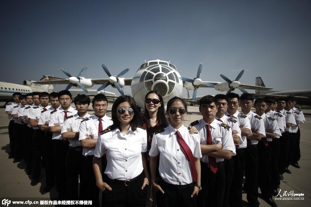 天津:美女飞行员拍制服毕业照霸气十足