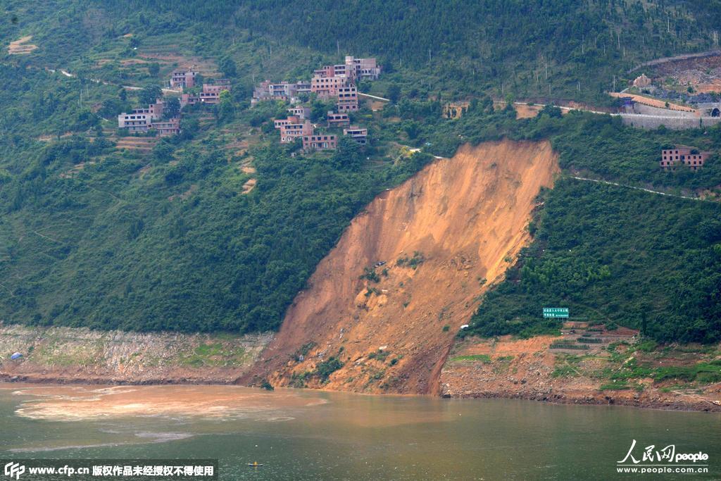 重庆巫山大宁河突发大面积滑坡 巨浪致多艘船舶翻沉