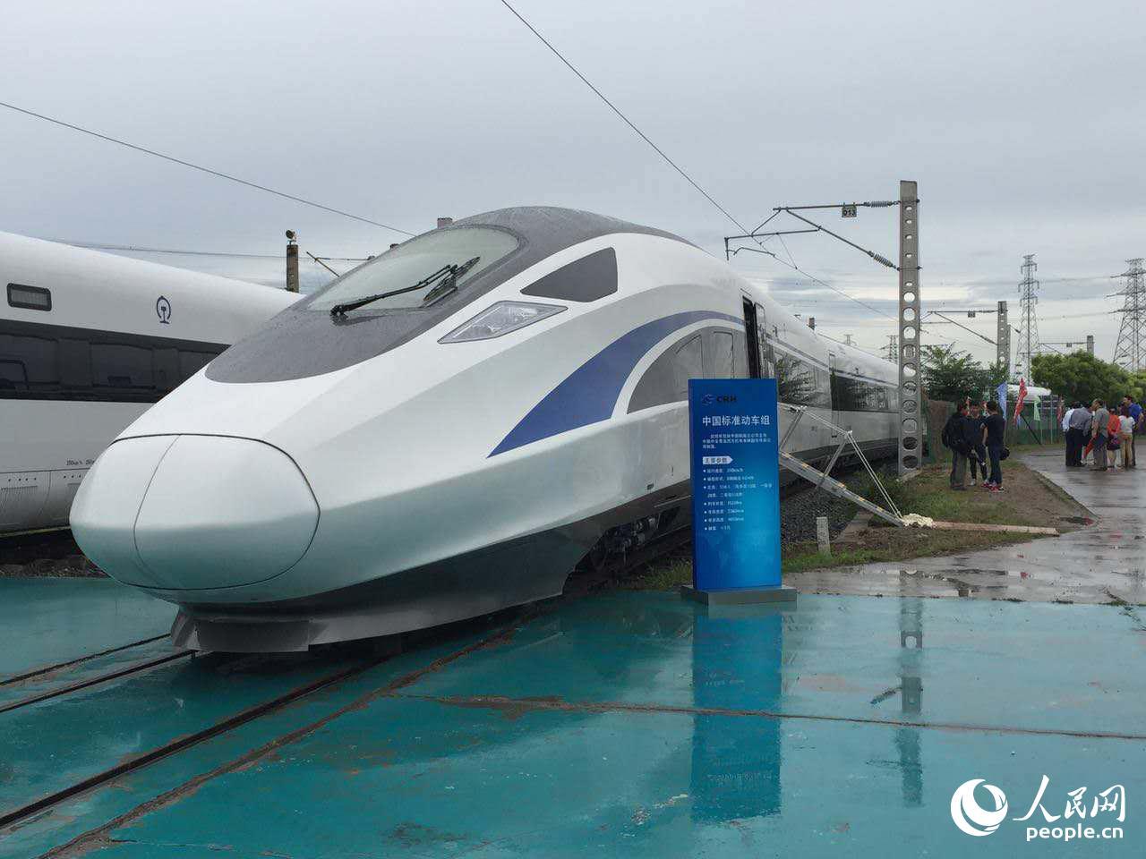 停放在北京中国铁道科学研究院环形试验基地里的中国标准动车组.
