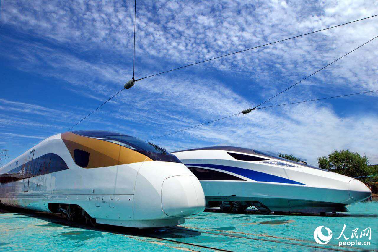 车站里的高速动车组列车