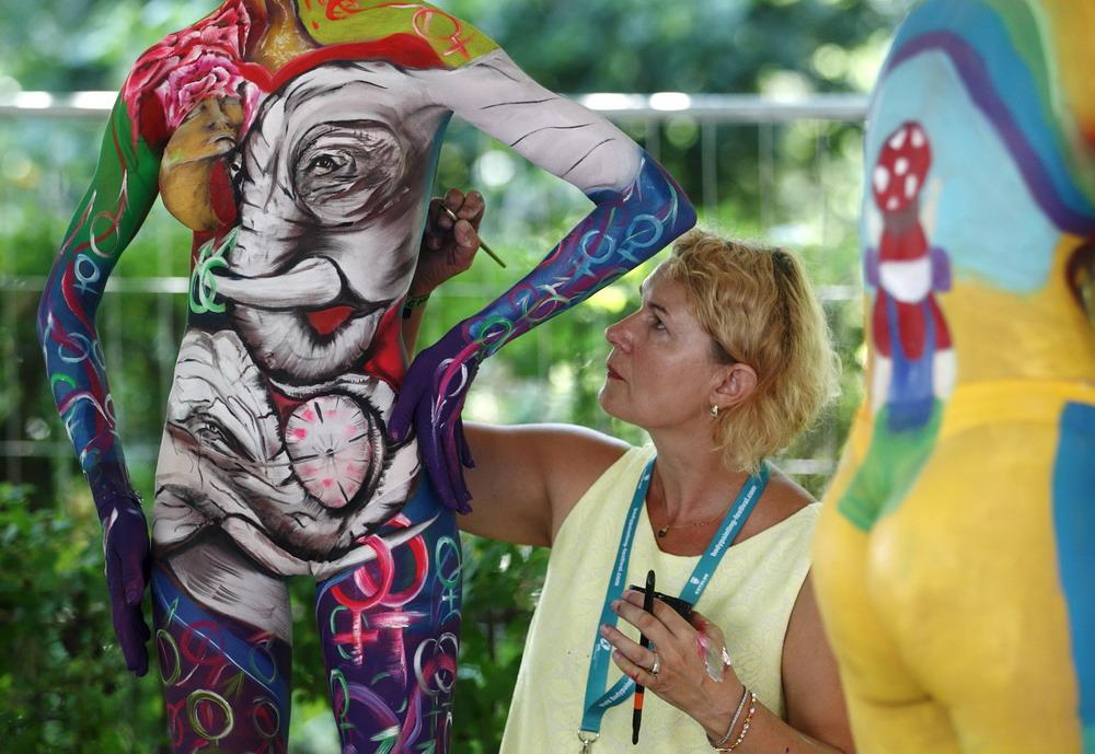 亚卅人体艺木_图片频道    7月3日,在奥地利卡林西亚州的珀特沙赫,艺术家创作人体