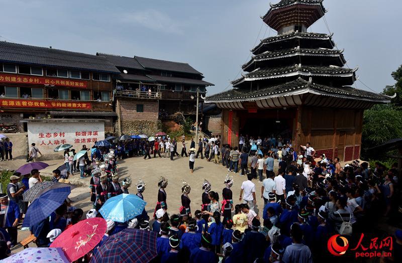 广西三江 侗族群众欢庆 河歌节图片