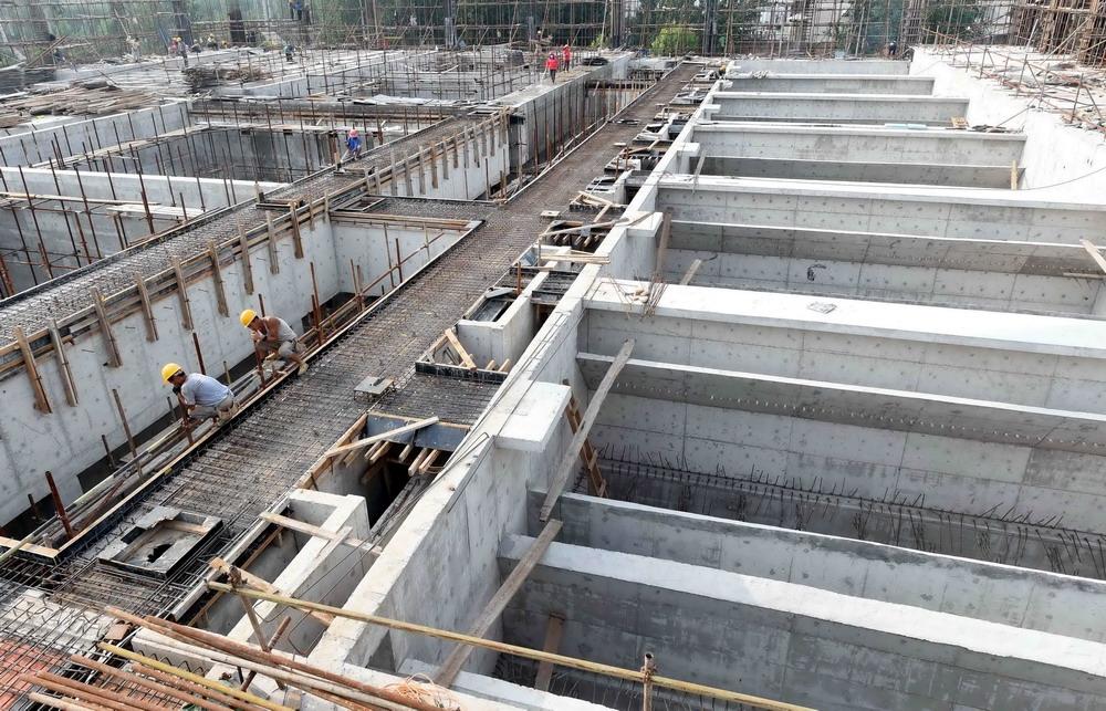 这是南水北调工程配套工程霸州地表水厂净水间施工现场(7月23日摄).