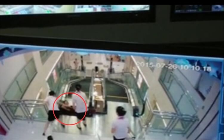 州一女子被卷入商场手扶电梯绞死 最后一刻双手举出孩子
