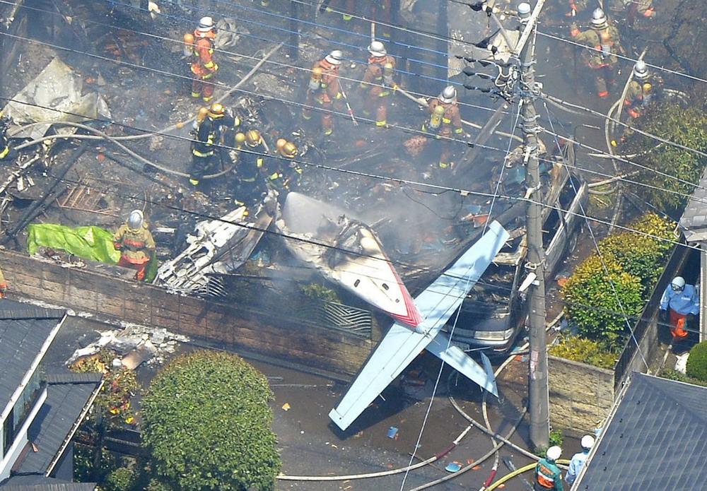 7月26日,在日本东京都调布市,一架小型飞机在居民区坠毁.