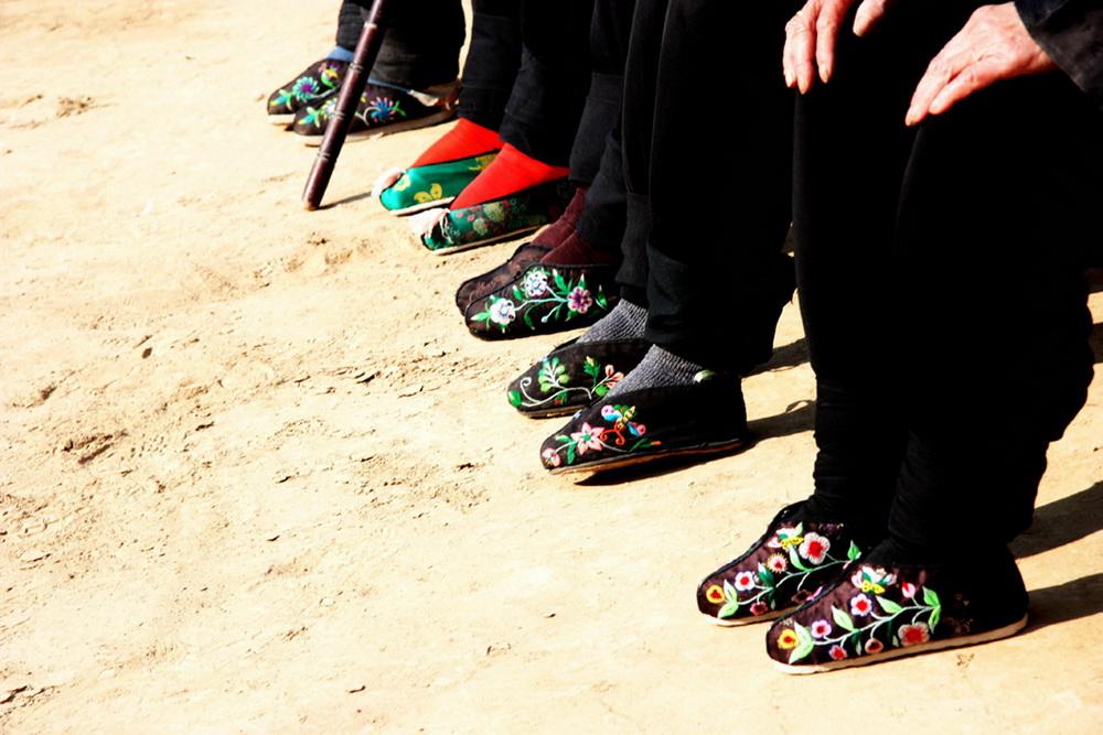 小脚,又叫三寸金莲,俗称为裹小脚,是把女子的脚用布条扎裹起来,